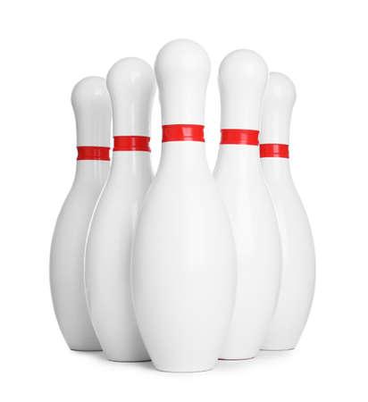 Bowling-Pins mit roten Streifen isoliert auf weiß Standard-Bild