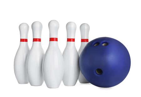 Blaue Bowlingkugel und Pins isoliert auf weiß