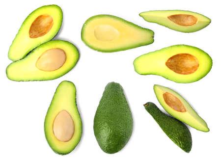 Set di deliziosi avocado freschi su sfondo bianco Archivio Fotografico