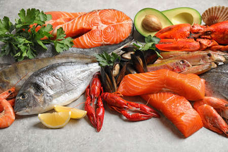 Fresh fish and different seafood on light grey table, closeup Banque d'images