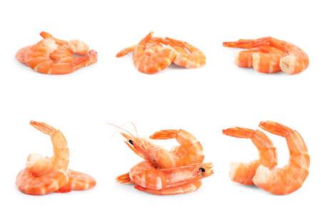 Ensemble de délicieuses crevettes fraîchement cuites sur fond blanc Banque d'images