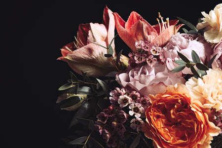 Hermoso ramo de flores diferentes sobre fondo negro. Diseño de tarjeta floral con efecto vintage oscuro. Foto de archivo