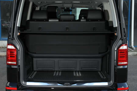 Modernes Auto mit offenem leeren Kofferraum im Freien Standard-Bild