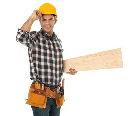 Schöner Zimmermann mit Holzbohlen isoliert auf weiß