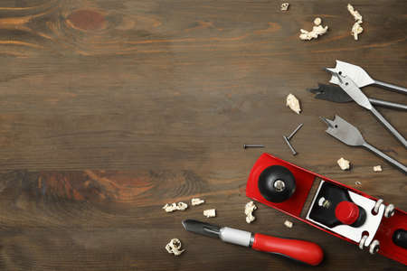 Flat lay composition with carpenter's tools on wooden background. Space for text Banque d'images