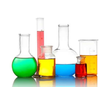 Verschiedene Laborglaswaren mit bunten Flüssigkeiten, isoliert auf weiss Standard-Bild