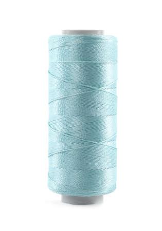 Spule mit hellblauem Nähgarn isoliert auf weiß Standard-Bild
