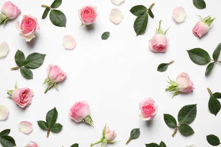 Rahmen aus schönen Blumen auf weißem Hintergrund, Draufsicht mit Platz für Text. Blumenkartendesign