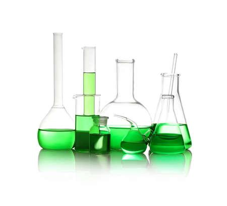 Vetreria da laboratorio diversa con liquido verde chiaro isolato su bianco