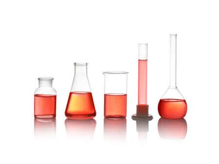 Vetreria da laboratorio diversa con liquido rosso isolato su bianco