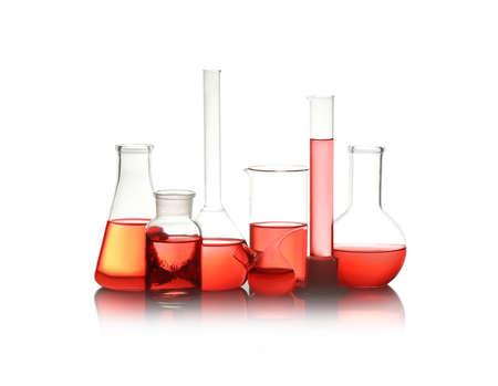Cristalería de laboratorio diferente con líquido rojo aislado en blanco