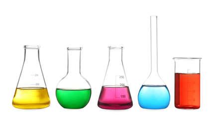 Cristalería de laboratorio diferente con líquidos de colores aislados en blanco