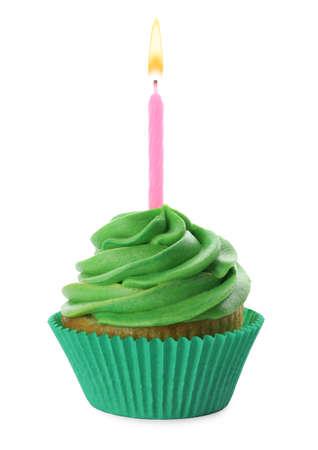 Heerlijke verjaardag cupcake met kaars en groene room op wit wordt geïsoleerd