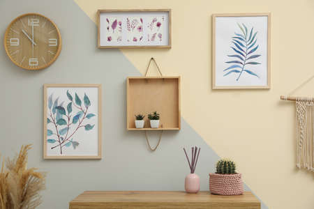 Stylish room interior design with floral paintings Imagens