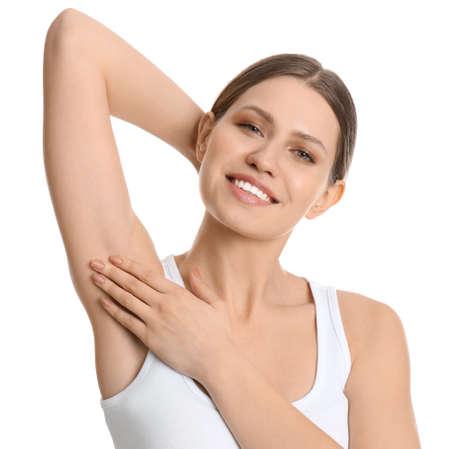 Jeune belle femme montrant l'aisselle avec une peau propre et lisse sur fond blanc