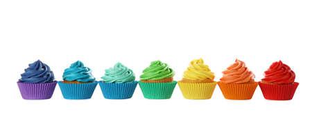 De délicieux petits gâteaux d'anniversaire décorés de crème isolés sur blanc