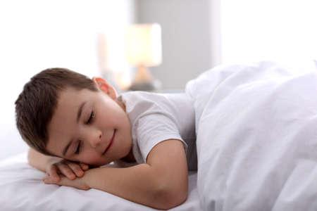 Mignon petit garçon dormant à la maison. Heure du coucher
