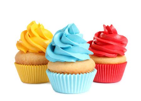 Délicieux petits gâteaux d'anniversaire avec crème au beurre sur fond blanc