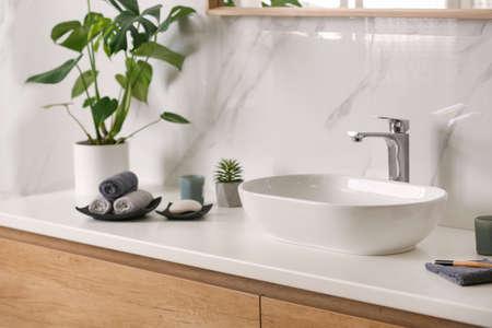 Stilvolles Waschbecken auf heller Arbeitsplatte im modernen Badezimmer