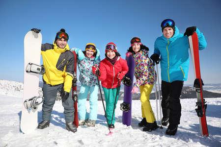 Groupe d'amis avec équipement à la station de ski. Vacances d'hiver