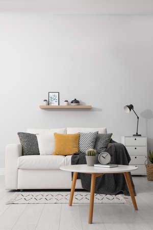 Elegant white sofa in modern living room interior Foto de archivo