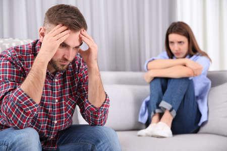 Couple ayant des problèmes de relation à la maison Banque d'images