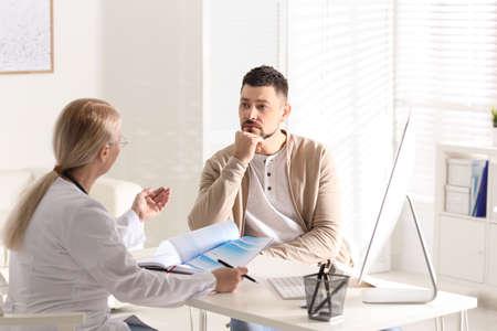 Docteur consultant le patient au bureau en clinique
