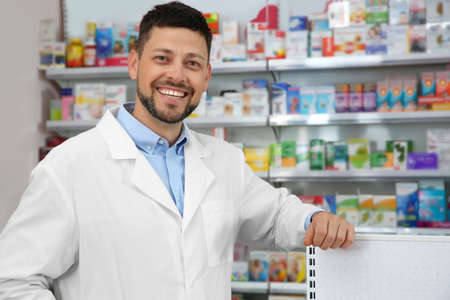 Portrait de pharmacien professionnel en pharmacie moderne
