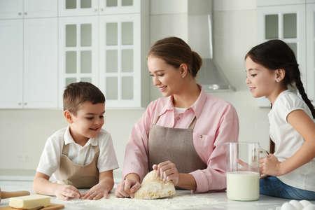 Famille heureuse cuisinant ensemble dans la cuisine à la maison Banque d'images