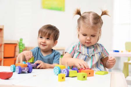Petits enfants jouant avec la construction mis à table Banque d'images