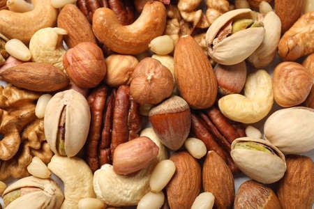 Différentes noix délicieuses en arrière-plan, vue rapprochée