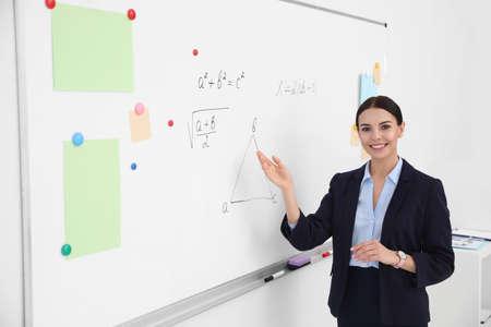 Young teacher near whiteboard in modern classroom 版權商用圖片 - 142674479
