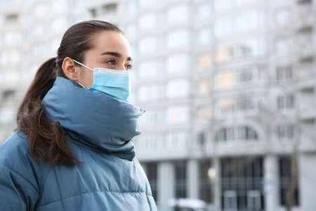 Woman wearing disposable mask outdoors. Dangerous virus 版權商用圖片 - 142674645