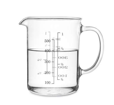 Tasse à mesurer avec de l'eau claire isolated on white Banque d'images