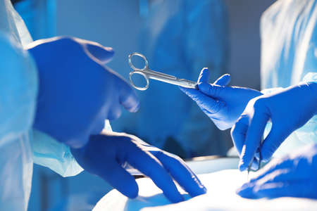 Professional surgeons performing operation in clinic, closeup Stockfoto