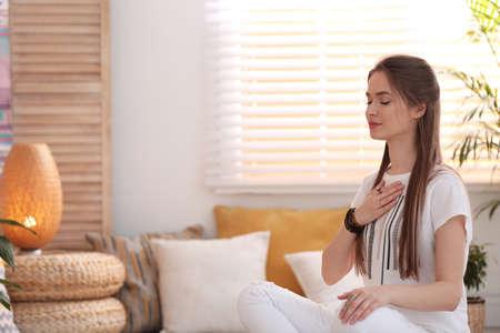 Junge Frau während der Selbstheilungssitzung im Therapieraum