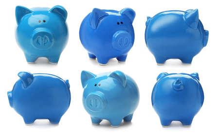 Sertie de tirelire bleu sur fond blanc Banque d'images