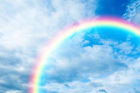 Malerische Aussicht auf schönen Regenbogen und blauen Himmel an einem sonnigen Tag