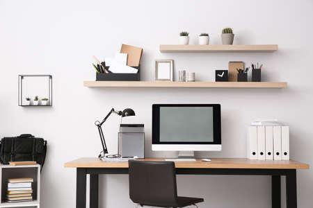 Computadora moderna en la mesa en el interior de la oficina. Lugar de trabajo con estilo