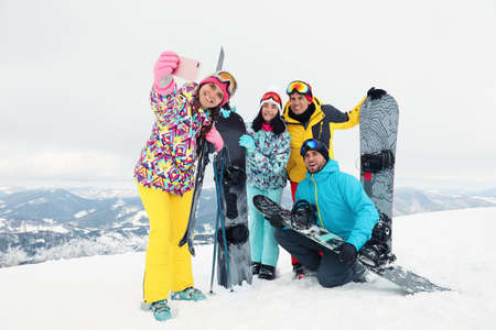 Group of friends taking selfie in snowy mountains. Winter vacation Banque d'images