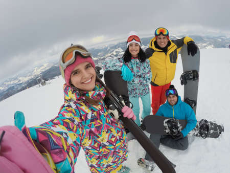 Group of friends with equipment taking selfie at ski resort. Winter vacation Banque d'images