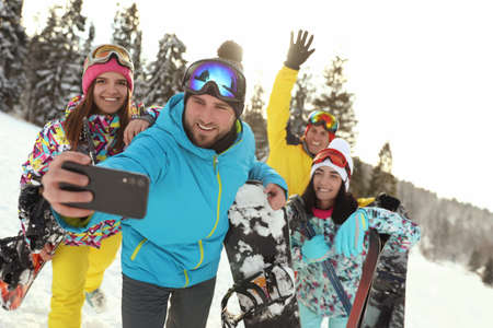 Group of friends taking selfie on snowy hill. Winter vacation Banque d'images