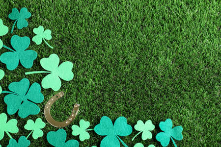 Flat lay composition with clover leaves on green grass, space for text. St. Patrick's Day celebration Zdjęcie Seryjne