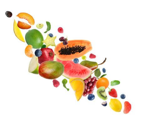 Conjunto de diferentes frutas y bayas frescas sobre fondo blanco.