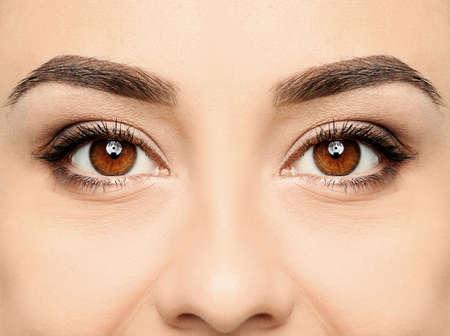 Schöne Frau mit perfekten Augenbrauen, Detailansicht