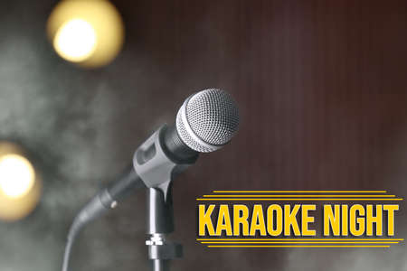 Modern microphone and text KARAOKE NIGHT on dark background Banque d'images