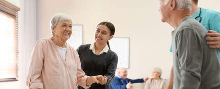 护理工作者帮助老年患者走在老年临终关怀。横幅设计