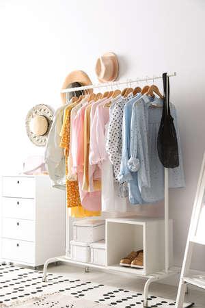 Rack avec des vêtements pour femmes élégants à l'intérieur. Design d'intérieur