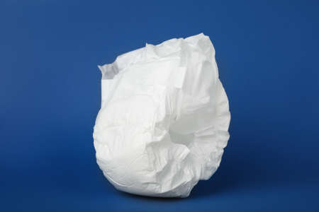 Disposable diaper on blue background. Child's underwear Banque d'images