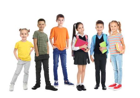 Gruppe süße Schulkinder auf weißem Hintergrund